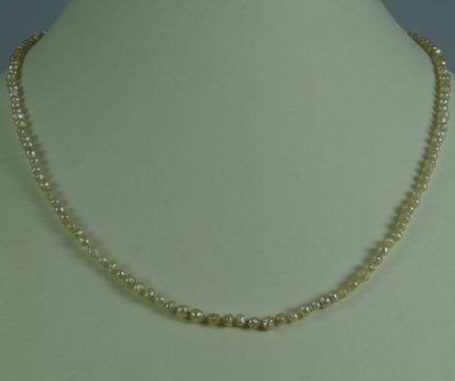 Naszyjnik wykonany z pereł naturalnych ze srebrnym
