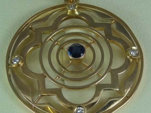 Wisiorek wykonany ze złota