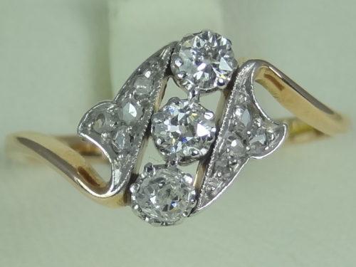 Pierścionek wykonany ze złota i platyny
