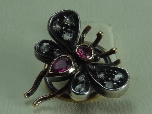 Szpilka do krawata w kształcie muchy wykonana ze złota i srebra
