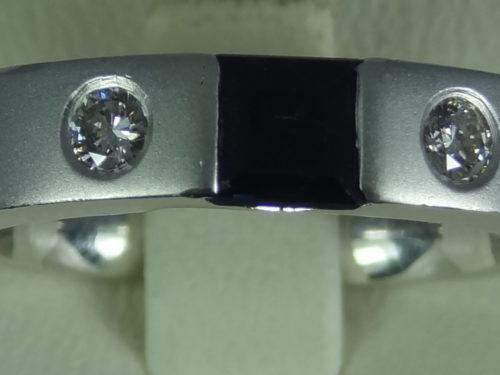 Pierścionek wykonany z białego złota