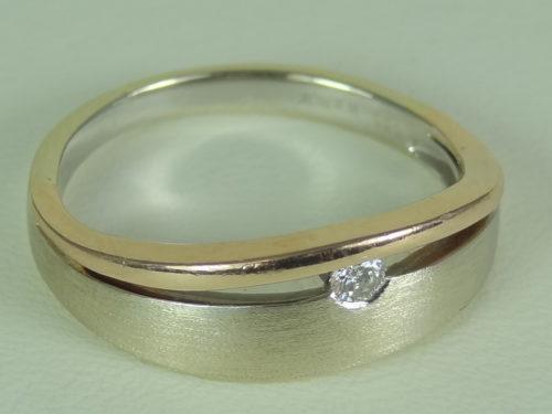 Pierścionek wykonany ze złota pr. 0,585 (białe i żółte) o masie : 3,16 g.
